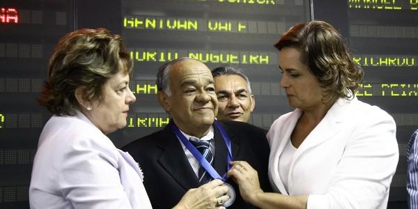 Prefeita Fafa Rosado e Claudia Regina na entrega da medalha_