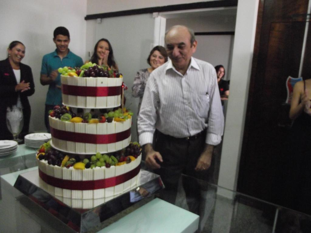 colaboradores da TCM fazem festa surpresa para dr Milton Marques